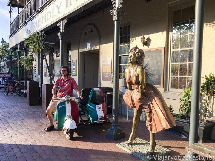 Sentado frente a el hotel de Kangaroo Valley, en Australia