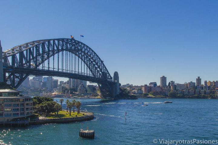 Increíble vista del Harbour Bridge en la bahía de Sydney, Australia