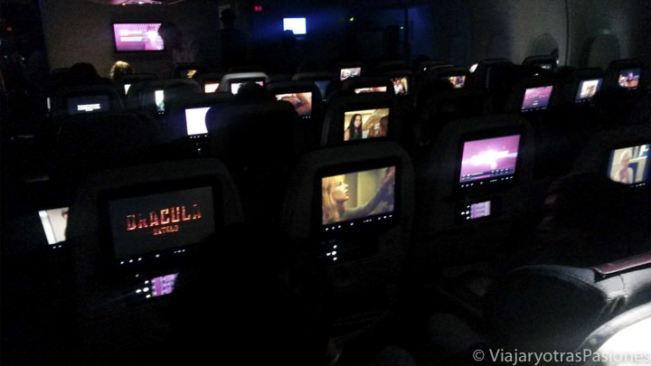 Interior del avión de Qatar Airways para el viaje a Singapur y Bali