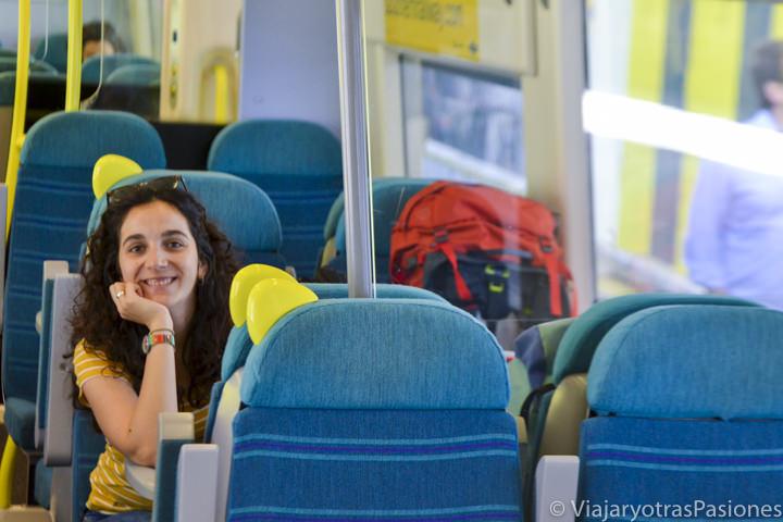 Sonriente en el tren para ir a Londres desde el aeropuerto de Gatwick, Inglaterra