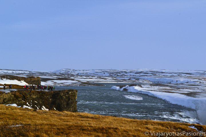 Panorámica de la espectacular cascada de Gullfoss, con un poco de nueve, Islandia