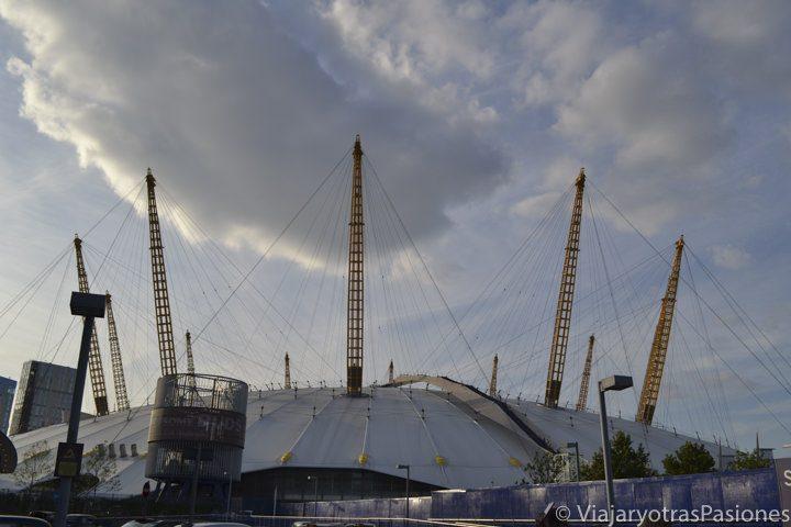 La famosa cúpola de la O2 Arena en North Greenwich, Londres, Inglaterra