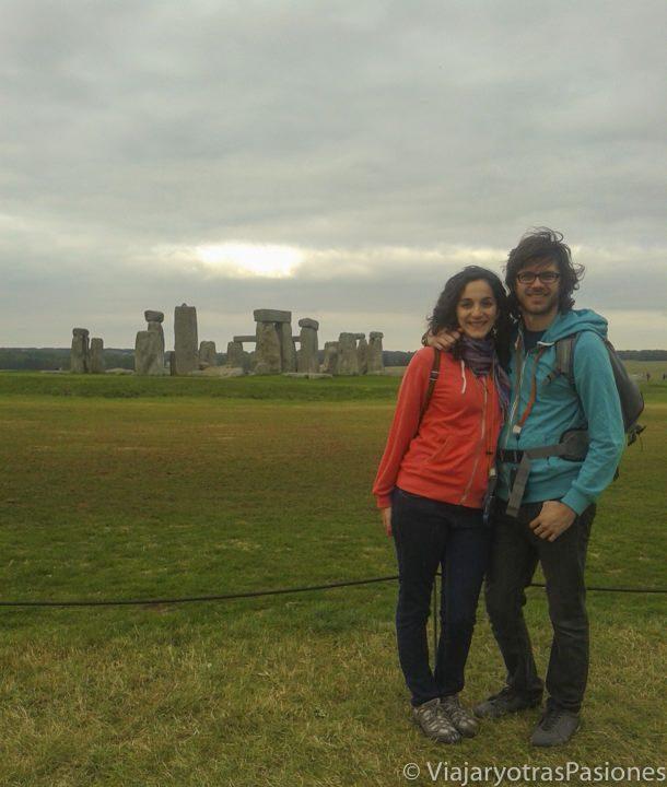 Posando delante de Stonehenge, el monumento más famoso de Inglaterra