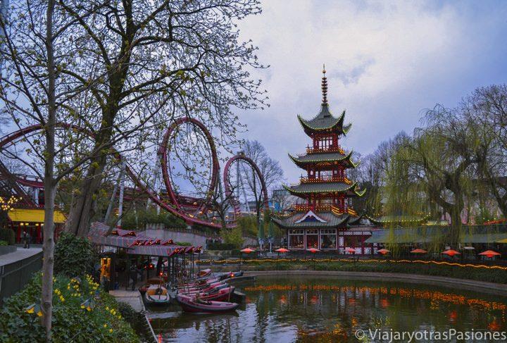 Imagen del lago y algunas atracciones del parque Tivoli Gardens, Copenhague, Dinamarca