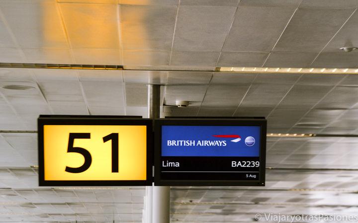 Pantalla del gate en el aeropuerto de Gatwick, Londres