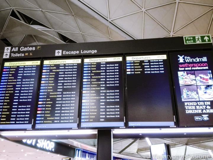 Pantalla con los destinos de los vuelos en el aeropuerto de Stansted, Inglaterra