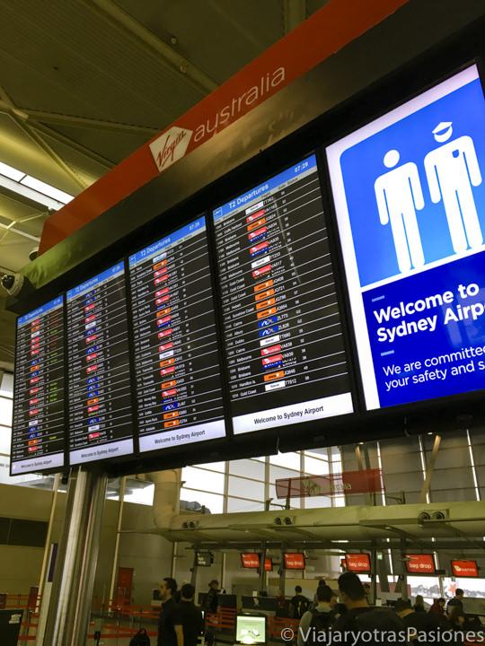 Pantalla de los destinos en el aeropuerto de Sydney, Australia