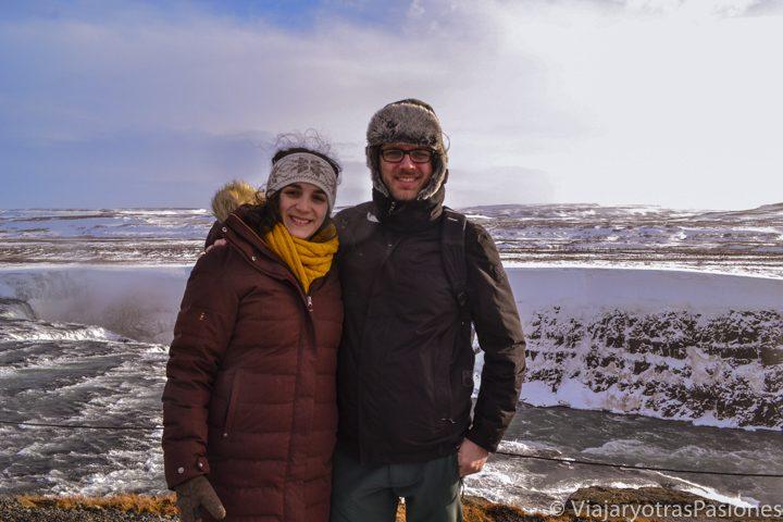 Pareja cerca de la famosa cascada Gulfoss en el viaje a Islandia