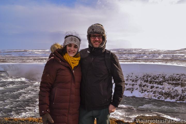 Pareja cerca de las famosas cascadas Gulfoss en Islandia