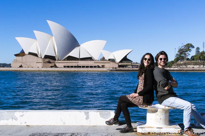 Felices frente a la famosa Opera House en Sydney, Australia