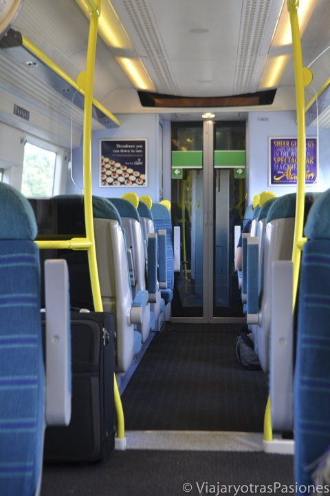 Interior de un tren para ir al los aeropuertos de Londres, Inglaterra