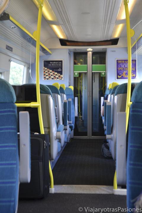 Pasillo del tren para ir a Londres desde el aeropuerto de Gatwick, Inglaterra