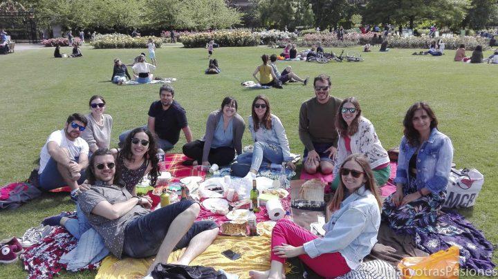 Típico picnic con amigos que se puede hacer en visitar Regent's Park en Londres, Inglaterra