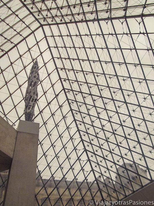 La pirámide del Lovre en París, Francia