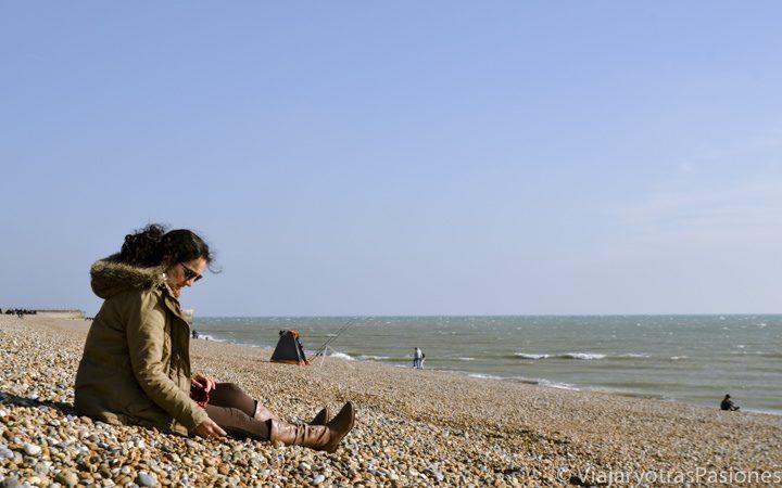 Sentada en la playa de Hastings, sur de Inglaterra