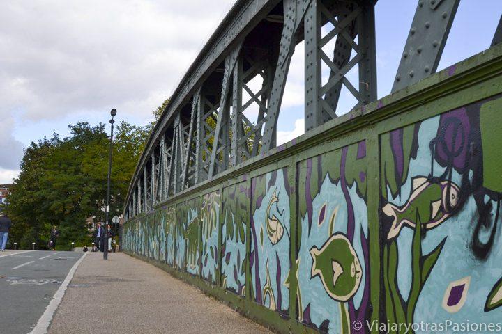 Puente con Street Art cerca de Regent's Park en Londres, Inglaterra