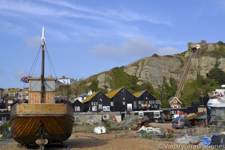 Barcas y casetas negras en el puerto, Fishing VIllage, de Hastings, sur de Inglaterra