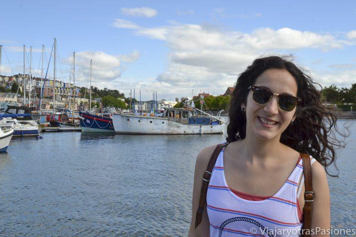 Posando en el puerto de Bristol en Inglaterra