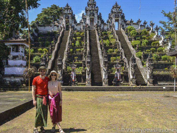 Pareja sonriendo frente a Pura Lempuyang, en la isla de Bali