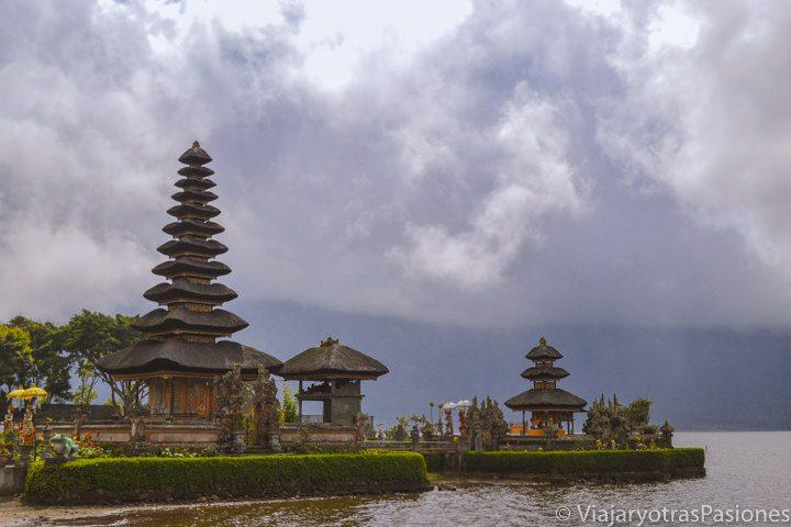 Famosa vista del templo de Pura Ulun Bratan en Bali, en Indonesia