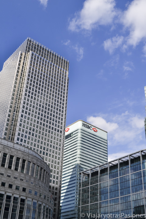 Cielo azul entre los rascacielos de Canary Wharf en Londres, Inglaterra