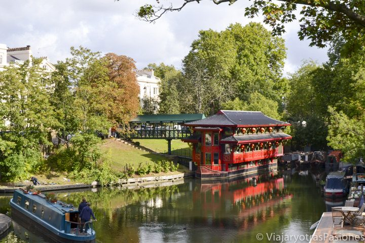 Bonito paisaje del Regent Canal en visitar Regent's Park en Londres, Inglaterra