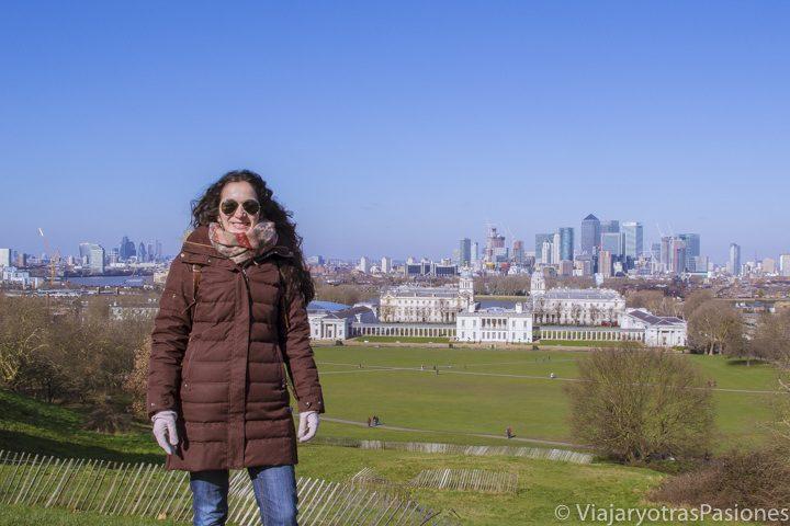 Encima a la colina del observatorio en el paseo para visitar Greenwich en Londres, Inglaterra