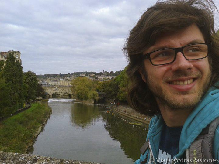 Posando en el río Avon a su paso por los Parade Gardens, Bath, Inglaterra