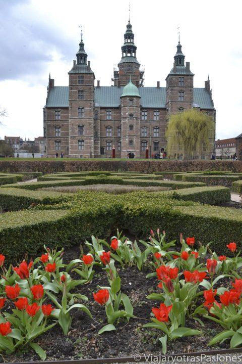Jardines y fachada del castillo de Rosenborg, Copenhague, Dinamarca