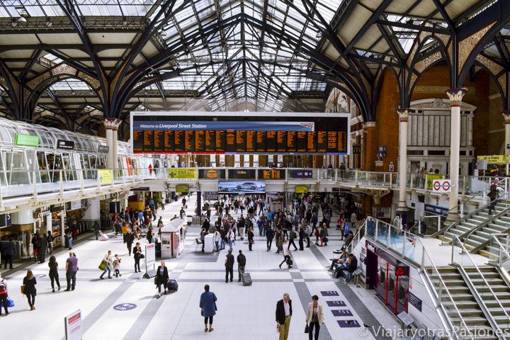 Hermosa sala principal de la estación de trenes de Liverpool Street en Londres, Inglaterra