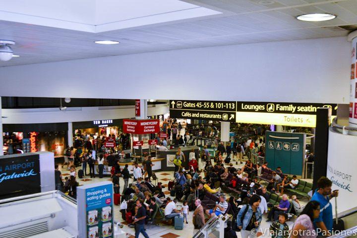 Hall de espera en el aeropuerto de Gatwick, Londres
