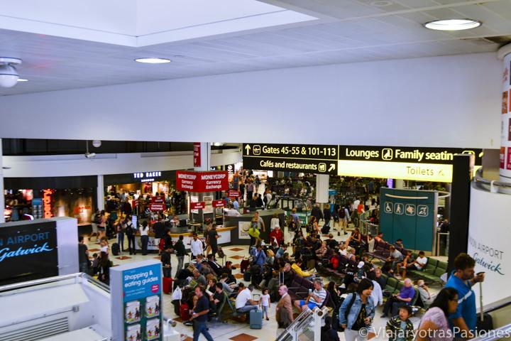 Una de las salas del aeropuerto de Gatwick en Londres, Inglaterra