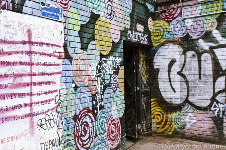 Graffitis en el callejón frente a la estación de autobuses de Bristol en Inglaterra