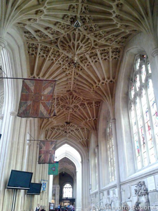 Interior de la Abadía de Bath, en Inglaterra