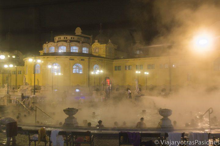 Imagen nocturna de las termas Széchenyi, en Budapest