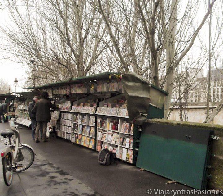 Tiendas de libros cerca del río Sena en París