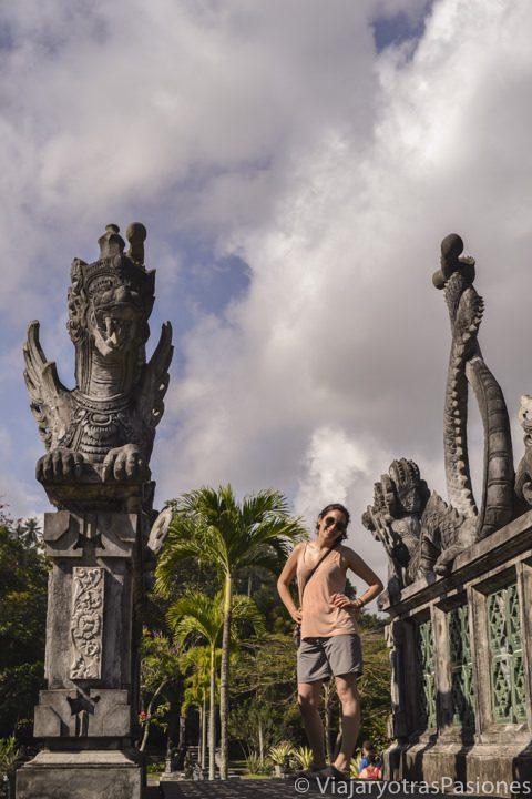 En un punte del complejo de Tirta Gangga, en el viaje a Bali en Indonesia