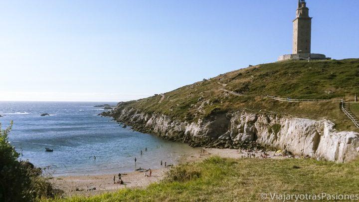 Vista panoramica de la playa de las Lapas y de la Torre de Hércules en A Coruña en España