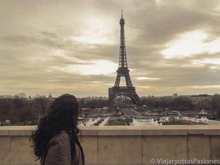 Posando con la torre Eiffel al fondo