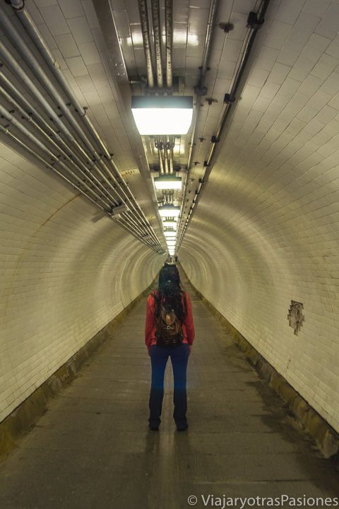 Vista del túnel abajo del Támesis da hacer para visitar Greenwich en Londres, Inglaterra