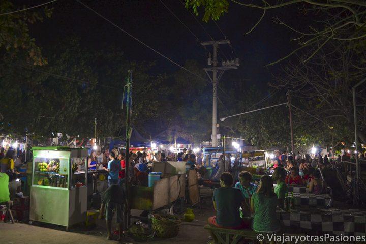 Fiesta nocturna en las calles de Gili Trawangan en Indonesia