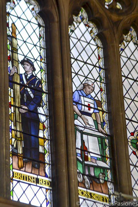 Detalle de las vidrieras de la catedral de Bristol, con dibujos bélicos