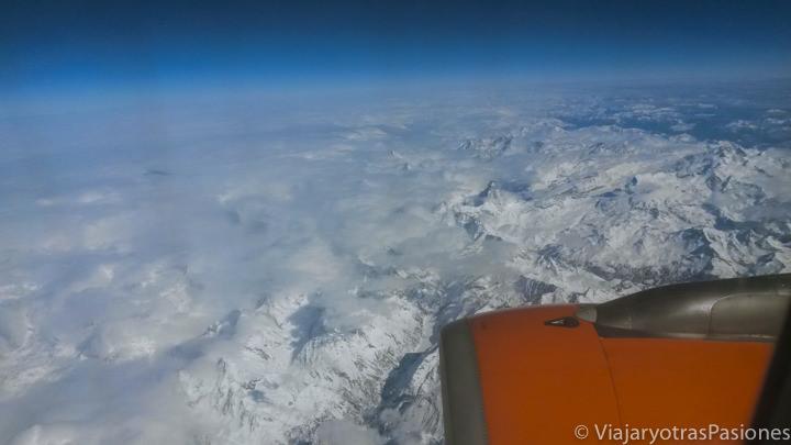 Vista desde el avión de los Alpes