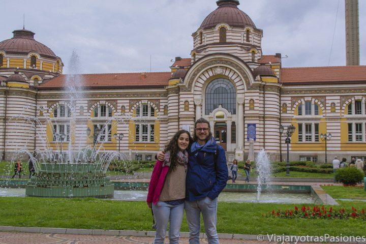 Pareja frente a las termas Central Mineral Baths en Sofía, en Bulgaria