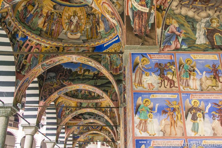 Increíble techo con frescos en el Monasterio de Rila, en Bulgaria