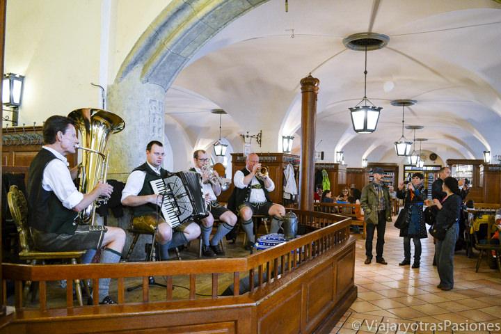 Banda musical en el interior de la cervecería HB en Munich, Alemania