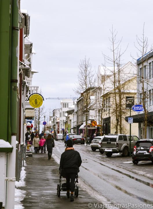 Panorama de la importante Calle Laugavegur en el centro de Reikiavik, Islandia