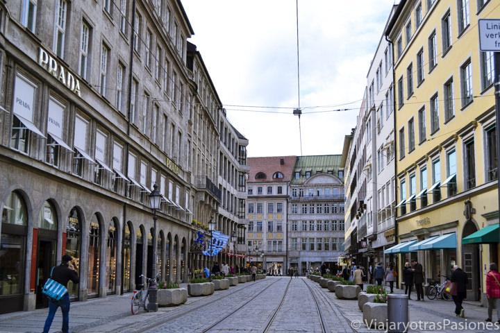 Típica calle en el centro de Múnich, Alemania