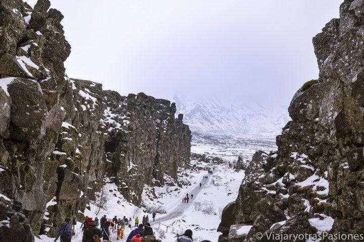 El famoso cañón en el Parque Thingvellir en la Excursión al Círculo Dorado, Islandia