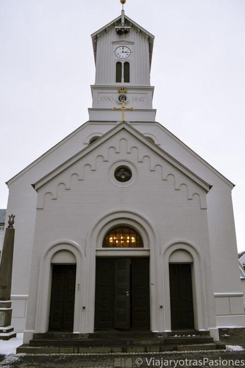 La catedral de Reykjavik en la plaza principal de la ciudad, Islandia